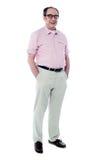 Homme aîné joyeux posant en passant Photo stock