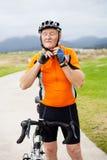 Homme aîné mettant sur le casque de recyclage Images libres de droits