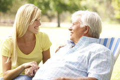 Homme aîné parlant au descendant adulte Image libre de droits