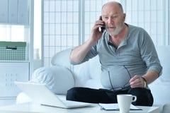 Homme aîné parlant au téléphone Images libres de droits