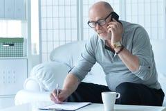 Homme aîné parlant au téléphone Photo stock