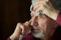Homme aîné parlant au téléphone Photos libres de droits