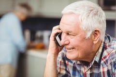 Homme aîné parlant au téléphone Photographie stock libre de droits