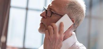 Homme aîné parlant au téléphone Image libre de droits