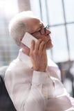 Homme aîné parlant au téléphone Photo libre de droits