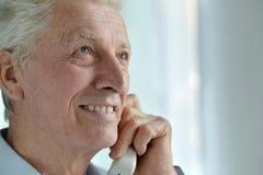 Homme aîné parlant au téléphone Photographie stock