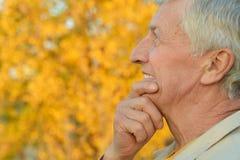 Homme aîné pensant Photos libres de droits