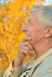 Homme aîné pensant Photos stock