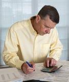 Homme aîné préparant la déclaration d'impôt des Etats-Unis 1040 pour 2012 Images stock