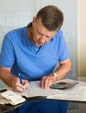 Homme aîné préparant la déclaration d'impôt des Etats-Unis 1040 pour 2012 Image stock