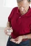 Homme aîné prenant la médecine Photographie stock libre de droits