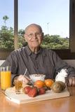 Homme aîné prenant un petit déjeuner sain Photos libres de droits