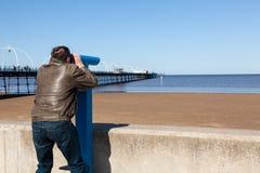 Homme aîné regardant à l'extérieur au-dessus de la plage Southport Photo stock