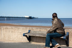 Homme aîné regardant à l'extérieur au-dessus de la plage Southport Images stock