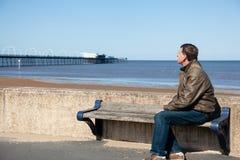Homme aîné regardant à l'extérieur au-dessus de la plage Southport Photo libre de droits