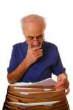 Homme aîné regardant des écritures Photos libres de droits