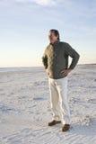 Homme aîné restant sur la plage Photographie stock libre de droits