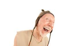 Homme aîné riant dans le capuchon de knit Image libre de droits