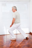 Homme aîné s'étirant en gymnastique Image stock