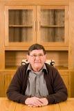 Homme aîné s'asseyant à la table avec le copyspace ci-dessus Photos libres de droits