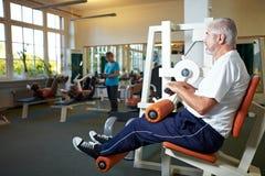 Homme aîné s'exerçant en gymnastique Images libres de droits