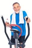 Homme aîné s'exerçant sur de pas Images stock