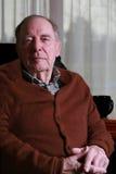Homme aîné semblant sérieux Image libre de droits