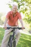 Homme aîné sur la conduite de cycle Image stock