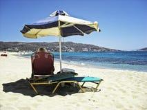 Homme aîné sur la plage Images libres de droits