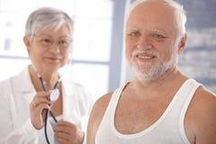 Homme aîné sur le contrôle de santé Photos stock