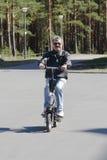 Homme aîné sur le scooter Images stock