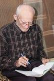 Homme aîné travaillant à la maison Image libre de droits