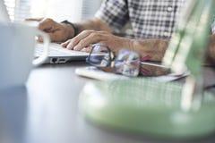 Homme aîné travaillant sur l'ordinateur Image libre de droits