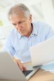Homme aîné travaillant sur l'ordinateur portatif Image libre de droits
