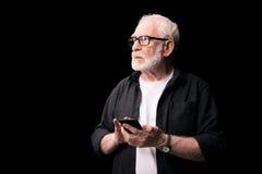 Homme aîné utilisant le smartphone Photos stock