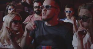 Homme abîmant le film pour les mordus du cinéma semblables dans le cinéma banque de vidéos