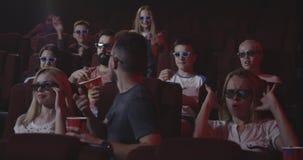 Homme abîmant le film pour les mordus du cinéma semblables dans le cinéma clips vidéos
