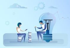 Homme abstrait et femme d'affaires reposant l'ordinateur portable fonctionnant d'ampoule Team Idea Concept créatif Photographie stock