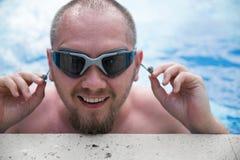 Homme actif dans des lunettes de natation dans l'eau bleue de piscine image libre de droits