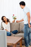 Homme adorable donnant une rose à sa amie Image libre de droits
