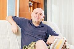 Homme adulte à la maison images libres de droits