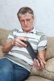 Homme adulte aîné recherchant le PC neuf de tablette Image stock