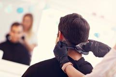 Homme adulte au salon de coiffure photographie stock