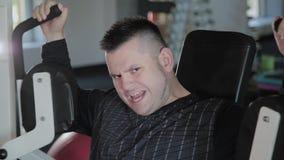 Homme adulte avec des trains de surpoids son coffre sur le simulateur banque de vidéos