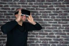 Homme adulte ayant l'amusement avec un casque de réalité virtuelle photos libres de droits