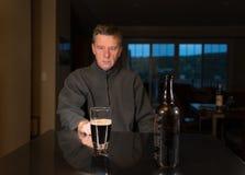 Homme adulte caucasien supérieur avec la dépression Photographie stock