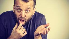 Homme adulte confus cherchant pour la solution photo stock