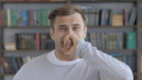 Homme adulte contrarié par la perte tout en travaillant dans le bureau photos libres de droits