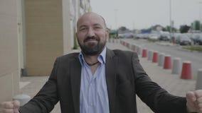 Homme adulte d'affaires exprimant la joie des poings de pompage de gain célébrant le succès ayant satisfait et le regard sûr - banque de vidéos