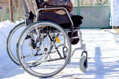 Homme adulte dans le fauteuil roulant Fermez-vous vers le haut de la photo de la main masculine sur la roue Photo stock